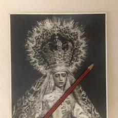 Fotografía antigua: SEMANA SANTA SEVILLA. ANTIGUA FOTOGRAFÍA VIRGEN DE LA AMARGURA. AÑO CORONACIÓN. SERRANO. 17,5X23,5. Lote 240456485