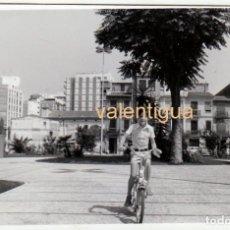 Fotografía antigua: PRECIOSA FOTO. NIÑO EN BICICLETA EN UNA PLAZA DE CASTELLÓN. CASAS ANTIGUAS. 1975 GF. Lote 240487300
