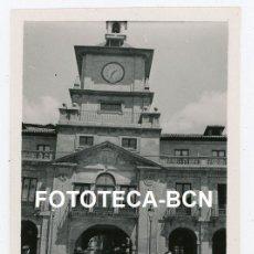 Fotografía antigua: FOTO ORGINAL OVIEDO AYUNTAMIENTO AÑO 1944. Lote 242848850