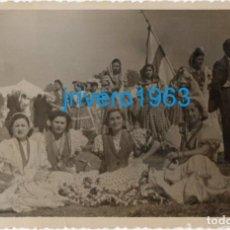 Fotografía antigua: 1951, ROMEROS EN LA ALDEA DEL ROCIO, 14X9 CMS. Lote 243438625