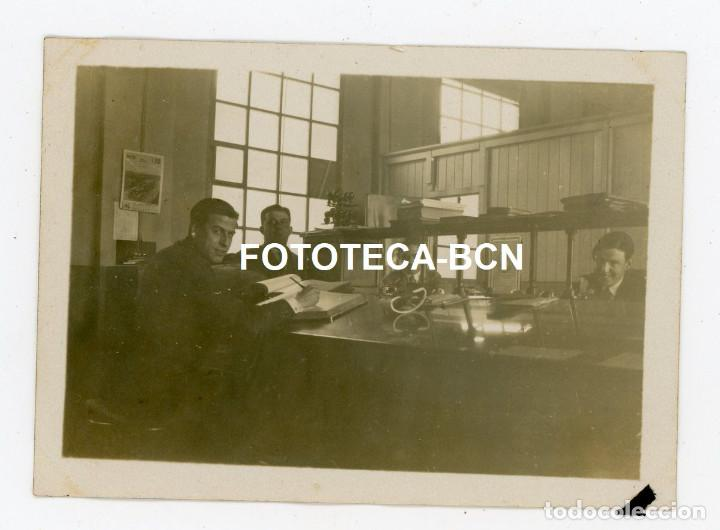 FOTO ORIGINAL TRABAJADORES EN UNA OFICINA POSIBLEMENTE TERRASSA AÑOS 30 (Fotografía Antigua - Fotomecánica)