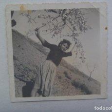 Photographie ancienne: FOTO DE CHICA Y ALMENDRO EN FLOR. Lote 243667415