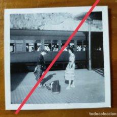 Fotografía antigua: ANTIGUA FOTOGRAFÍA. TREN, ESTACIÓN, MONASTERIO MONTSERRAT?. BARCELONA. FOTO AÑOS 50.. Lote 243867270