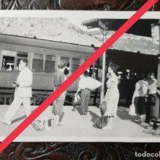 Fotografía antigua: ANTIGUA FOTOGRAFÍA. TREN, ESTACIÓN, MONASTERIO MONTSERRAT?. BARCELONA. FOTO AÑOS 50.. Lote 243867890