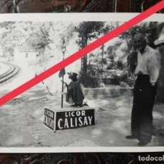 Fotografía antigua: ANTIGUA FOTOGRAFÍA.PERRITO.PUBLICIDAD LICOR CALISAY.MONASTERIO DE MONTSERRAT.BARCELONA.FOTO AÑOS 50.. Lote 243868800