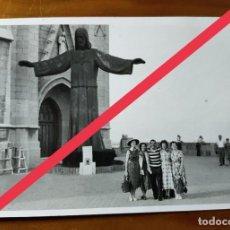 Fotografía antigua: ANTIGUA FOTOGRAFÍA. MONUMENTO CRISTO DEL TIBIDABO TODAVÍA SIN COLOCAR. BARCELONA AÑOS 50.. Lote 243871870