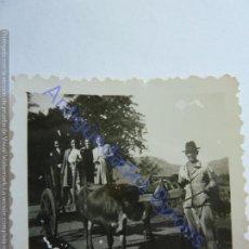 Fotografía antigua: PERSONAS SUBIDAS A UN CARRO CON BUEYES Y ARRIERO. GRAN CANARIA (6 X 6 CM). Lote 243880625