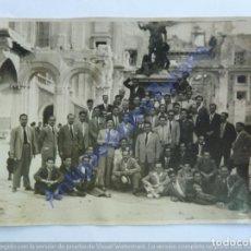 Fotografía antigua: GRUPO DE PERSONAS EN EL ALCÁZAR DE TOLEDO (11,5 X 8,5 CM). Lote 243887030