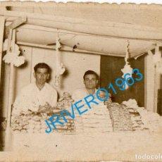Fotografía antigua: SEVILLA, 1956, PUESTO DE TURRON, RARA, 78X60MM. Lote 244397735