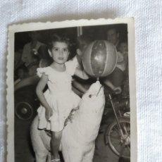 Fotografía antigua: ANTIGUA FOTO DE NIÑA EN CARRUSEL DE FERIA AÑOS 50. Lote 244687875