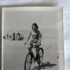 Fotografía antigua: ANTIGUA FOTO DE JOVEN EN LA PLAYA AÑO 1957. Lote 244688515