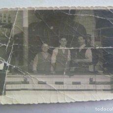 Fotografía antigua: FOTO DE HOMBRES EN UNA TABERNA O BAR , BARRILES , ETC . AÑOS 40. Lote 245008780