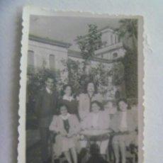 Fotografía antigua: FOTO DE CHICAS POSANDO EN EL BARRIO DE SANTA CRUZ DE SEVILLA , SOMBRA DEL FOTOGRAFO. AÑOS 40. Lote 245054410