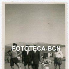 Fotografía antigua: FOTO ORIGINAL SEU D'URGELL PARTIDO DE FUTBOL ARBITRO CAPITANES DE EQUIPO AÑOS 40. Lote 245168940