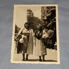 Fotografía antigua: ANTIGUA FOTOGRAFIA MUJERES EN MADRID ORIGINAL AÑOS 40. Lote 245643465