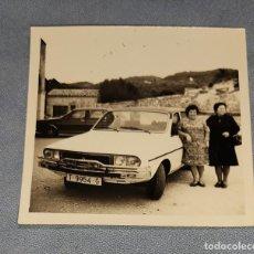 Fotografía antigua: ANTIGUA FOTOGRAFIA MUJERES CON RENAULT 12 ORIGINAL AÑOS 70. Lote 245645085