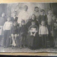 Fotografía antigua: ANTIGUA FOTOGRAFIA FOTO - GRUPO FAMILIAR ANCIANA NIÑOS Y SACERDOTE 22/ 16 CM PEGADA EN CARTON. Lote 245740790