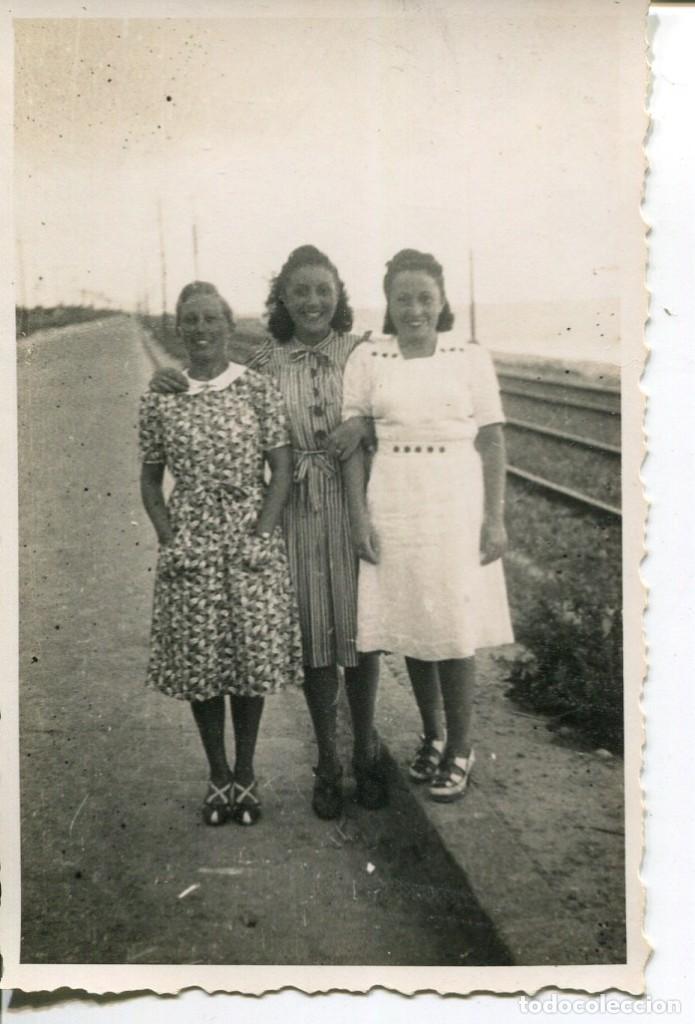 2 FOTOGRAFÍAS-GRUPO PERSONAS-FERROCARRIL -EL MASNOU-- AÑO 1940 - RARA (Fotografía Antigua - Fotomecánica)