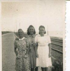 Fotografía antigua: 2 FOTOGRAFÍAS-GRUPO PERSONAS-FERROCARRIL -EL MASNOU-- AÑO 1940 - RARA. Lote 246572860