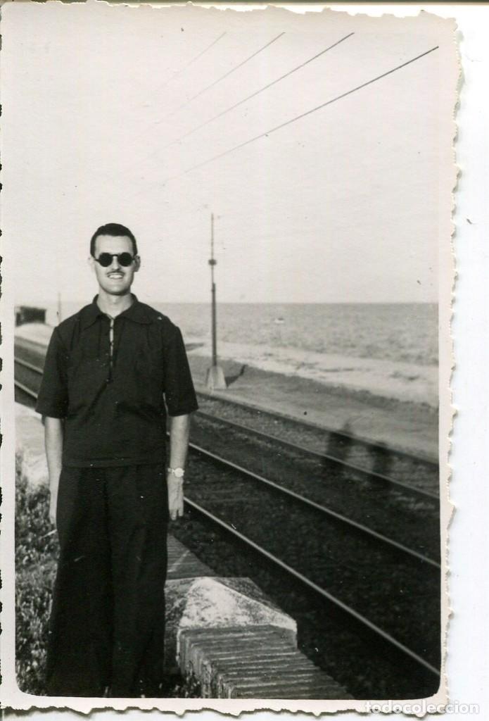 Fotografía antigua: 2 FOTOGRAFÍAS-GRUPO PERSONAS-FERROCARRIL -EL MASNOU-- AÑO 1940 - RARA - Foto 2 - 246572860