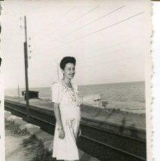 Fotografía antigua: 2 FOTOGRAFÍAS MUJER Y HOMBRE-FERROCARRIL -EL MASNOU-- AÑO 1940 - RARA. Lote 246573060
