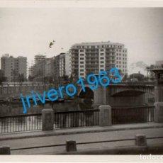 Fotografía antigua: SEVILLA, ANTIGUA FOTOGRAFIA PUENTE SOBRE EL GUADALQUIVIR, 100X74MM. Lote 247214910