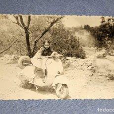 Fotografía antigua: FOTO DE NIÑA CON MOTO VESPA 125 C.C. AÑO 1957 TOMADA EN LOS ALREDEDORES DE TORTOSA. Lote 248037415