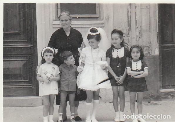 PRECIOSA FOTO. DÍA DE COMUNIÓN CON VESTIDO MINIFALDA, ABUELA Y AMIGOS. AÑO 1965. GF (Fotografía Antigua - Fotomecánica)