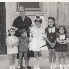 Fotografia antica: PRECIOSA FOTO. DÍA DE COMUNIÓN CON VESTIDO MINIFALDA, ABUELA Y AMIGOS. AÑO 1965. GF. Lote 248252885