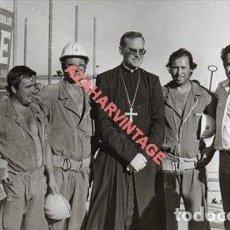 Fotografía antigua: SEVILLA, AÑOS 70, MONSEÑOR AMIGO VALLEJO, MONTAJE PORTADA FERIA, 17X10 CMS. Lote 249560035
