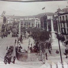 Fotografía antigua: FOTOGRAFIA PLAZA DE LA CANDELARIA,PLAZA ESPAÑA, SANTA CRUZ DE TENERIFE, SOLDADOS,CASTILLO. CANARIAS. Lote 250152010