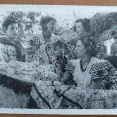Fotografía antigua: FOTO GRUPO DE JOVENES VESTIDAS DE FARALAES EN BURGOS PERTENECIENTE A LA CAPITANIA MILITAR. Lote 251332530
