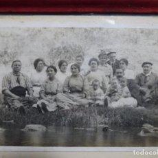 Fotografía antigua: ANTIGUA FOTOGRAFÍA AÑOS 30 DE PERSONAS DE TERRASSA POSIBLEMENTE POR LA PROCEDENCIA.. Lote 252072960