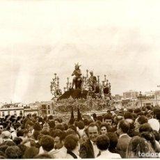 Fotografía antigua: SEVILLA-SEMANA SANTA-N.P.JESUS DE LA PENAS EN EL PUENTE DE TRIANA-TAMAÑO FOTO 17X12. Lote 252090975