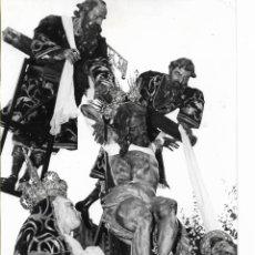 Fotografía antigua: SEVILLA-SEMANA SANTA-LA QUINTA ANGUSTIA-FOTO LUIS ARENAS-TAMAÑO FOTO 17,50X12. Lote 252727535