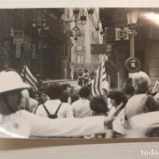 Fotografía antigua: FOTOGRAFÍA 11 SETEMBRE 1977, 17,50X12,50. Lote 252923880