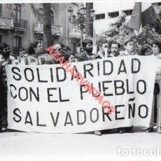 Fotografía antigua: HUELVA, 1981, MANIFESTACION 1 DE MAYO, 128X88MM. Lote 253225990
