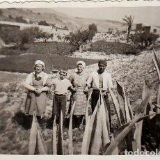 Fotografía antigua: BONITA FOTOGRAFÍA. FAMILIA DE LABRADORES EN LA HUERTA. AÑOS 40. FF. Lote 254686345