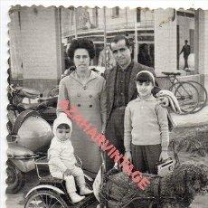 Fotografía antigua: RARISIMA FOTOGRAFIA DE UN PERRO DE AGUA TIRANDO DE UN CARRO INFANTIL, 68X88MM. Lote 254801970