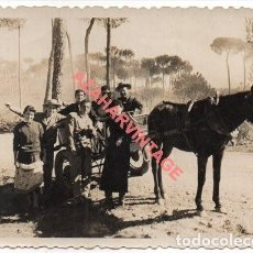 Fotografía antigua: 1957, ANTIGUA FOTOGRAFIA , ESCENA TIPICA CAMINO DEL ROCIO, 100X70MM. Lote 254802225