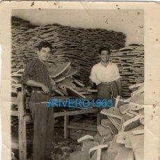 Fotografía antigua: ANTIGUA FOTOGRAFIA , ALMACEN EMPRESA CORCHERA, CORCHO, 62X80MM. Lote 255314250