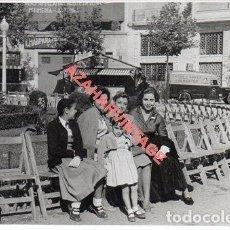 Fotografía antigua: REUS, 1955, PLAZA ACTO HOMENAJE A LA VEJEZ, 100X70MM. Lote 257515410