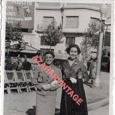 Fotografía antigua: REUS, 1955, PLAZA ACTO HOMENAJE A LA VEJEZ, 100X70MM. Lote 257515530