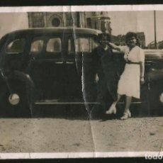 Fotografía antigua: 202 - VIEJO COCHE CHEVROLET MASTER 1937 Y BONITAS SEÑORITAS EN LA IGLESIA - FOTO POSTAL 1940S. Lote 257856550