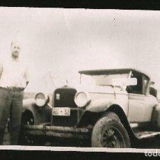 Fotografía antigua: 203 - VIEJO COCHE CADILLAC ?? 1930S Y UN HOMBRE JUNTO A ÉL - FOTO 1940S. Lote 257857165