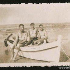 Fotografía antigua: 208 - HOMBRES EN BAÑADOR JUNTOS EN EL BOTE - FOTO 8X6CM 1940S GAY INT. Lote 257860100