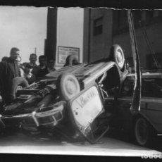 Fotografía antigua: 211 - ACCIDENTE, CHOQUE Y VUELCO DE DOS COCHES - POLICIALES ARGENTINA - FOTO 18X12CM 1965. Lote 257862435