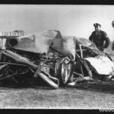 Fotografía antigua: 212 - ACCIDENTE, CHOQUE DE UN COCHE RENAULT DESTRUIDO - POLICIALES ARGENTINA - FOTO 18X12CM 1970. Lote 257863160