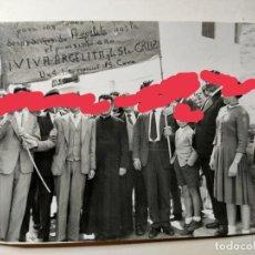 Fotografía antigua: ANTIGUA FOTOGRAFÍA.MUNICIPIO DE ARGELITA. CASTELLÓN. VECINOS CON PANCARTA A LA SANTA CRUZ.AÑOS 40/50. Lote 259899700