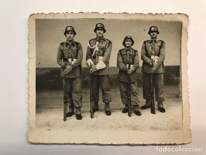 MILITAR. FOTOGRAFÍA ANTIGUA. JÓVENES DURANTE EL SERVICIO MILITAR EN LA POLICÍA ARMADA (H.1950?) (Fotografía Antigua - Fotomecánica)